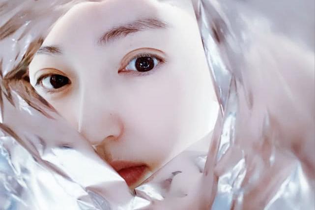 董璇晒与女儿薯片袋大片,小酒窝眼睛像妈表情像爸,美如小天使!