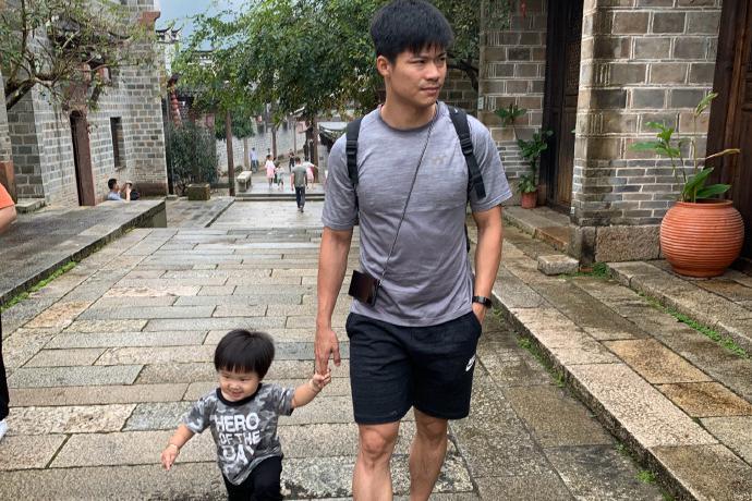 广东富豪标配!31岁苏炳添胡子邋遢变奶爸,一岁儿子速度已超父亲
