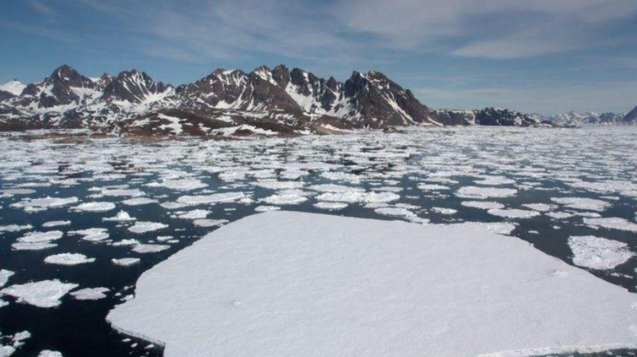 格陵兰岛冰盖融化再创纪录,单日融冰125亿吨,人类该怎么办?