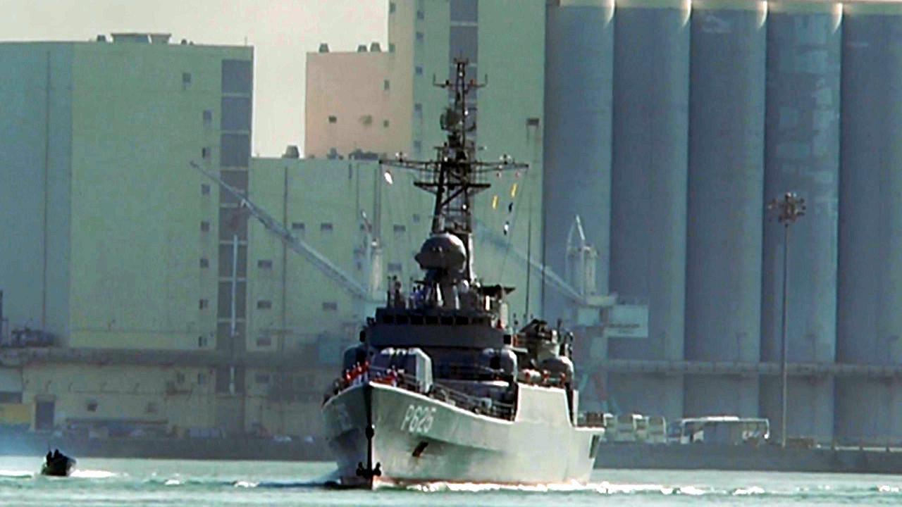 护卫舰驶入港口现场!中国援赠斯里兰卡P625护卫舰抵达科伦坡港