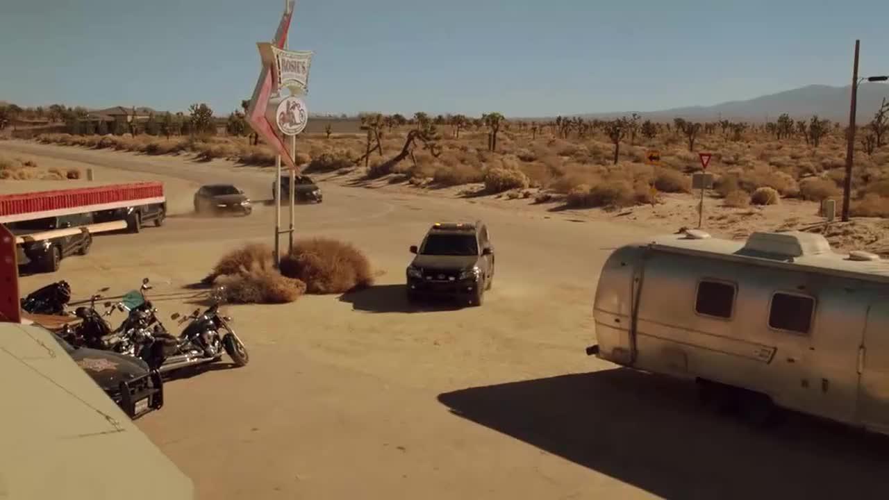 罗蕾莱控制了当地的警察,科尔森找希芙帮忙直接来了辆车
