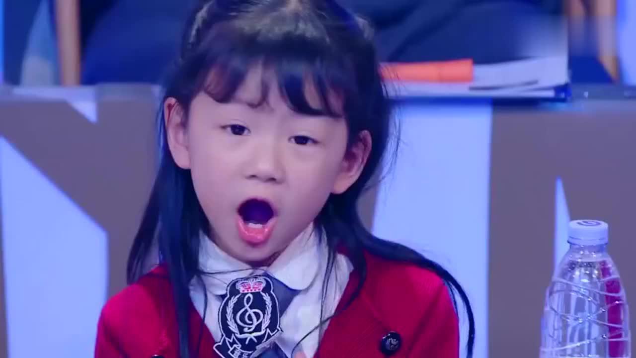 陆俊昊演唱《浏阳河》,看着学生的表现,杨钰莹满满都是骄傲