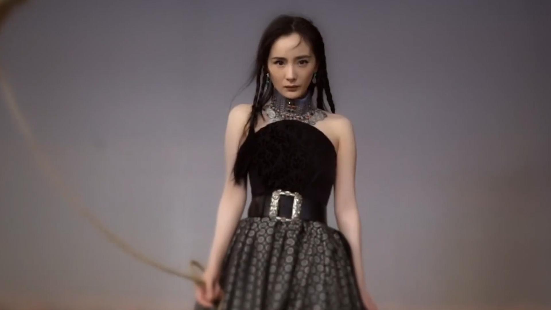 杨幂挑战异域风情,拍沙漠楼兰公主大片,狂野魅惑装扮很罕见