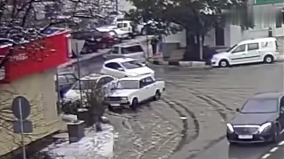 车祸司机被撞出车外后车子竟找了个停车位停下