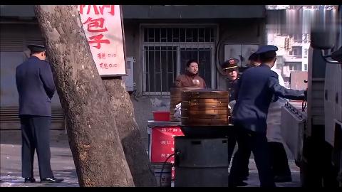 退伍团长摆摊被城管抓,不料工商局长是他的老部下,这下好看了