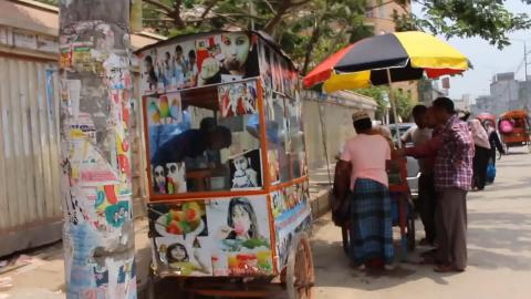 印度街头廉价冰棒,淋上重口味色素,堪称印度人夏天的国民美食!