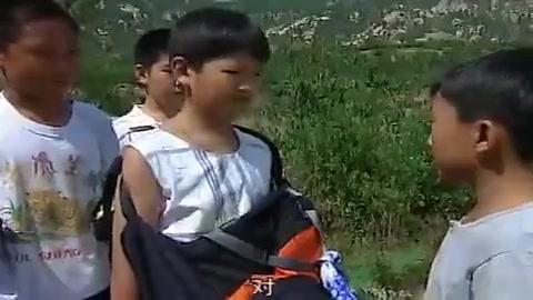 农村小孩要把外国小伙押回村,竟想着用棍子,想法真是够奇特的