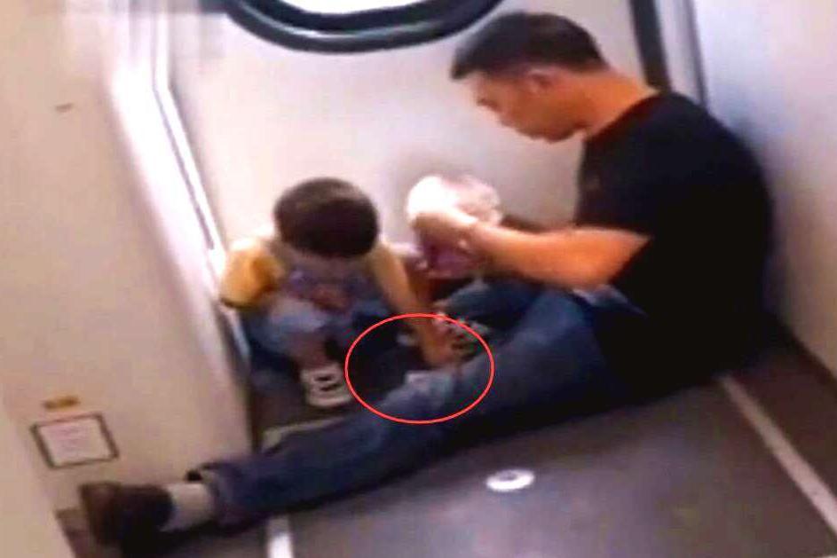 """火车上,3岁娃饿了,奶爸举动让人动容,网友:高级别""""炫富"""""""