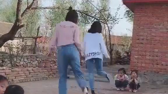 8090后的女孩子们一定知道跳绳还可以这样跳,满满的童年回忆!