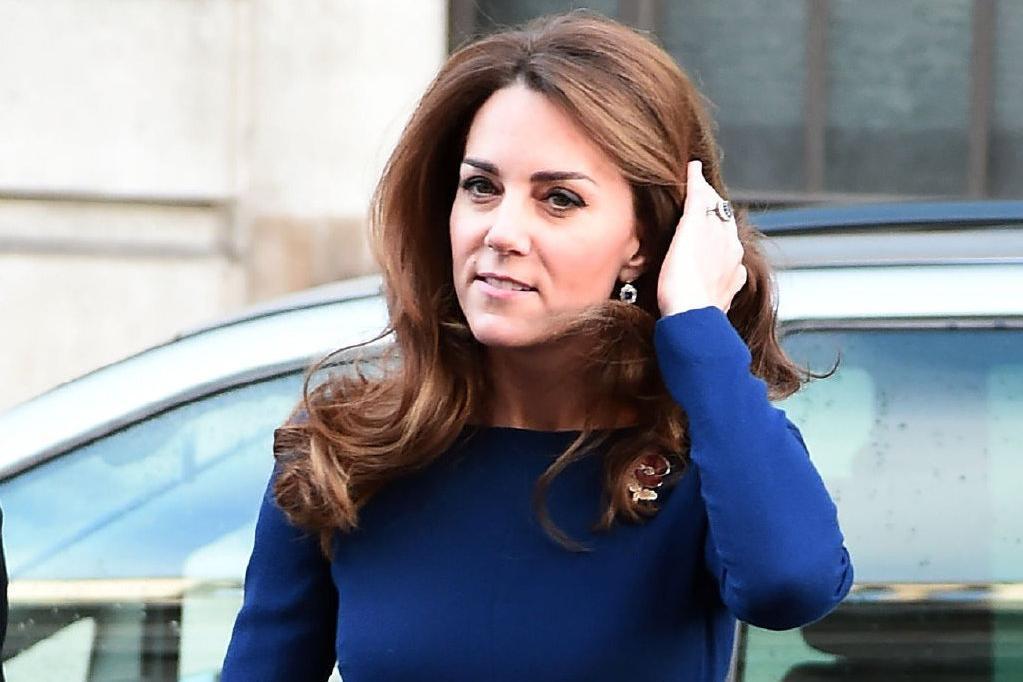 37岁凯特王妃陪威廉王子出席活动!穿蓝礼裙撩头发,美到让人窒息