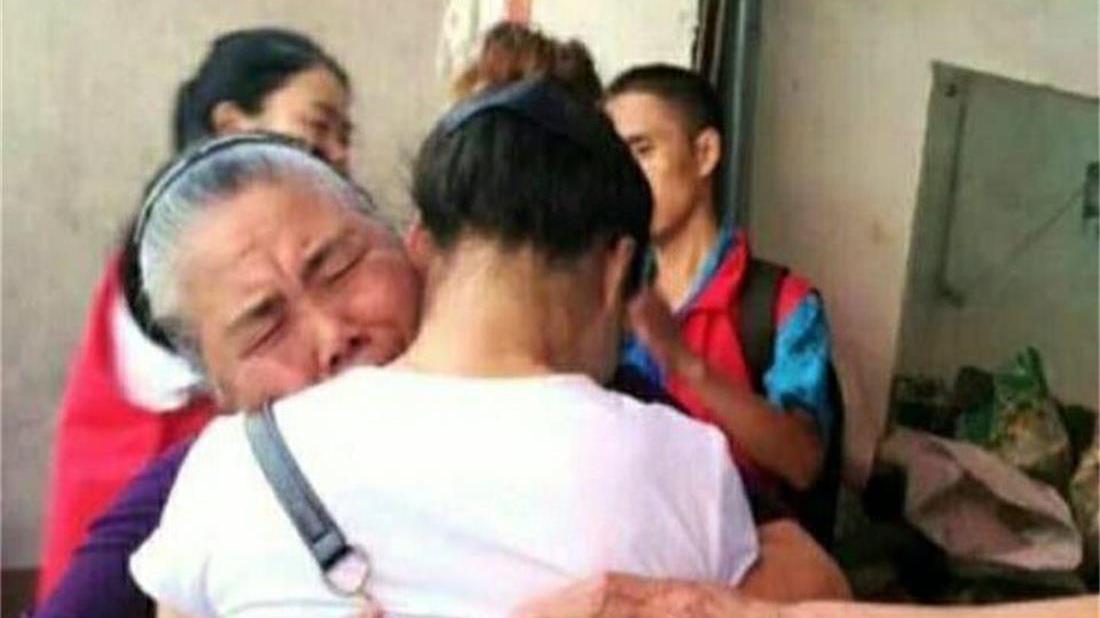 心善老人偶然捡到弃婴,抚养长大孩子高考时,出门却来了一排警车