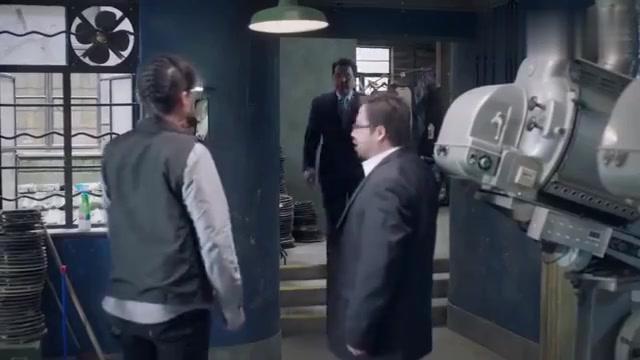 影院老板突击检查,帅哥和美女无奈躲进厕所,然后老板进去解手!