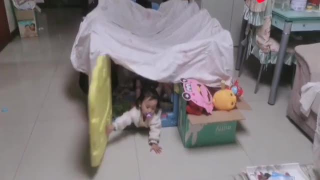 妈妈去阳台洗衣服,转身就找不到小宝宝了,接下来的一幕太逗了!