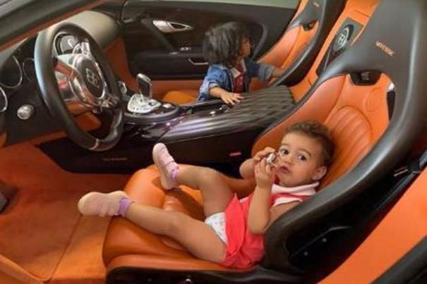 C罗拿2200万布加迪当婴儿床:史上最小超跑车主!赢在起跑线