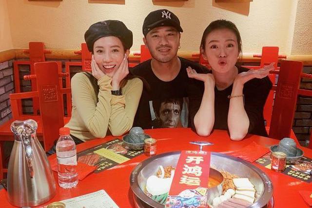 刘品言与朋友聚餐吃火锅,嘟嘴卖萌超可爱,开怀大笑不顾女神形象