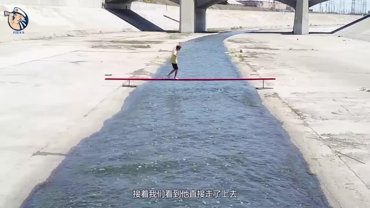 外国小伙作死挑战用滑板花式过平衡木真是太厉害了