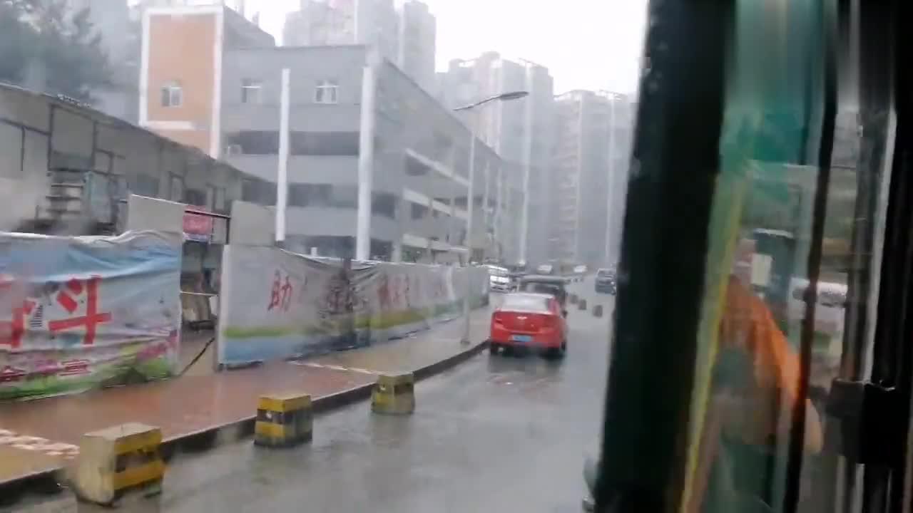 教师节宝妈带宝宝去办事情,出门就下雨,调侃自己是雨神