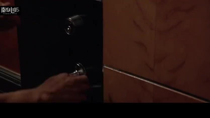 美女潜入豪华游轮的金库,刚刚得手,就被发现给关了起来