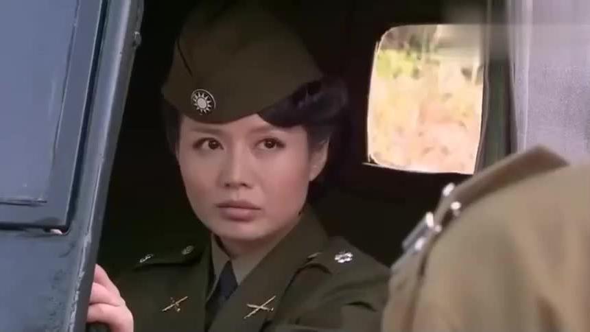 国军女军官找人被警卫拦不料女军官从车上拿出机关枪霸气外露