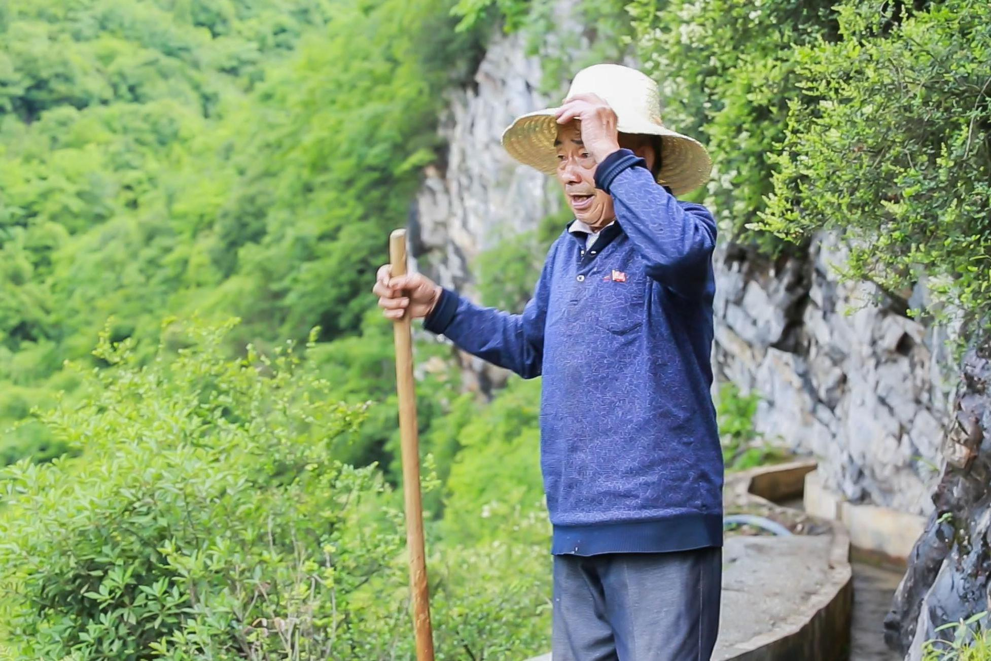 贵州一老人花30多年,用铁锤等开凿了一条9400米天渠,当代愚公