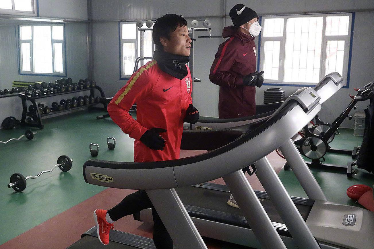 长春亚泰球员吴亚轲与严智宇在亚泰净月基地进行积极的训练
