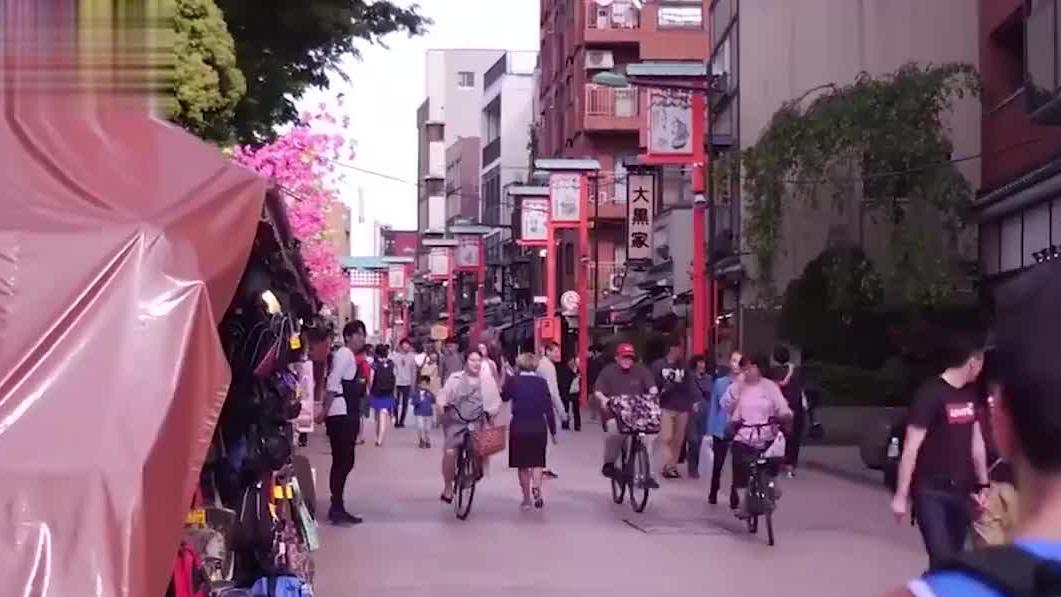 去日本旅游时,为何日本人不待见背双肩包的游客,看完瞬间明白了