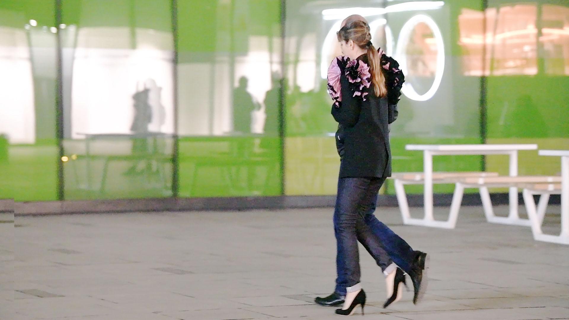 冬天穿着长裤时尚姑娘知道如何搭配出显身材效果展现精致气质