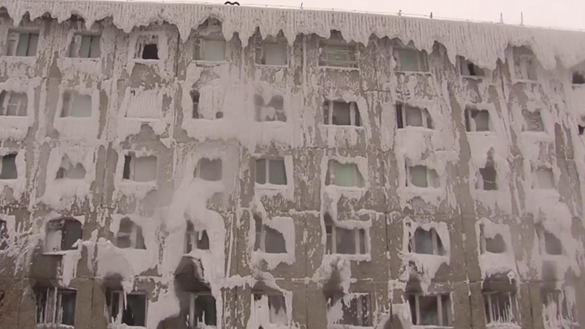俄罗斯一栋公寓完全被冰雪覆盖,居民仿佛住在冰柜里