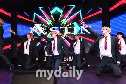 韩国新人男团Astin首尔举行出道发布会