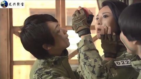 女兵问为什么必段在脸上画伪装油彩,谁来跟她解释一下