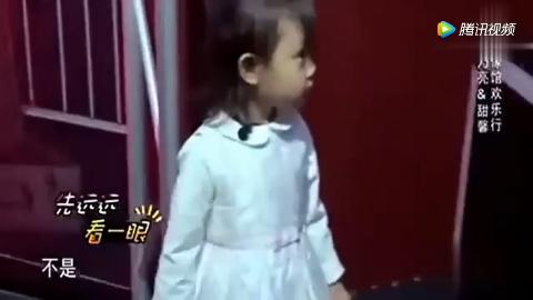 甜馨看到爸爸贾乃亮的蜡像,下一秒表现太萌太逗,差点要哭了