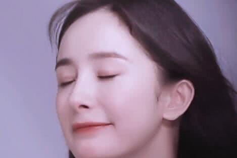 有一种撩人叫杨幂,被要求亲吻镜头,看到表情,是心动的感觉!