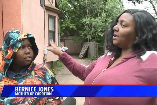 美12岁黑人小孩打闹遭警察团团包围,男孩害怕,踹警察一脚遭捕