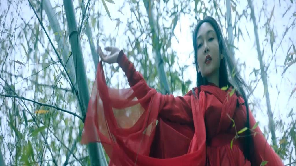 小龙女白纱仙气清纯蛇妖一身红绫邪魅美艳正邪对决画面美的像幻境