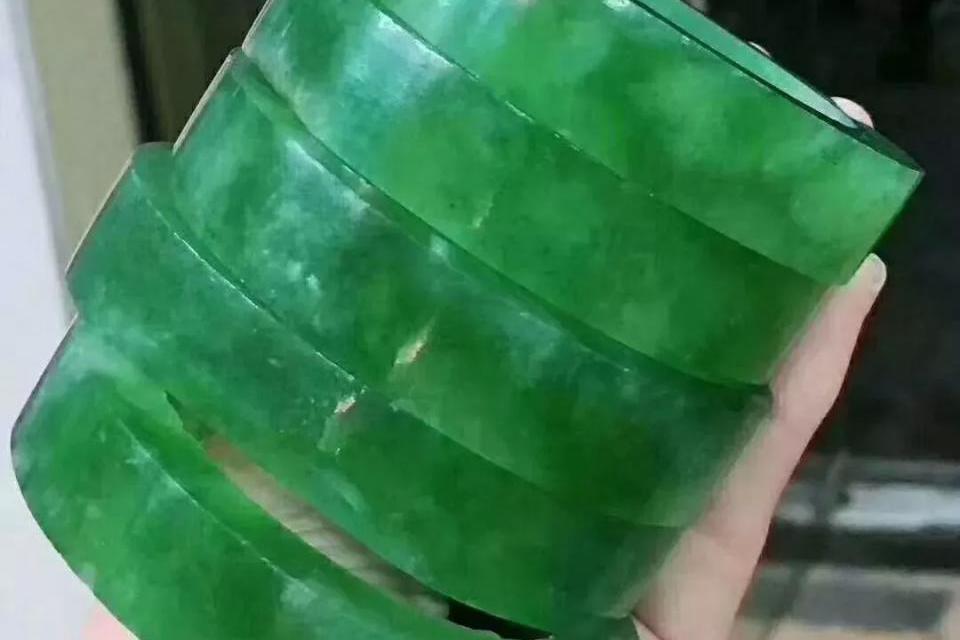 1.3亿标王刚出公盘就起货,五只满绿手镯美到流口水,这波涨了?