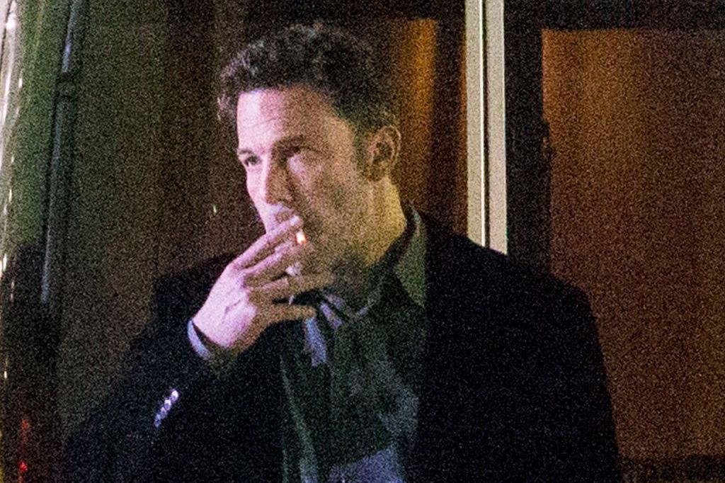 本·阿弗莱克深夜拍片犯困!偷偷跑角落抽烟,结果被狗仔队抓住了