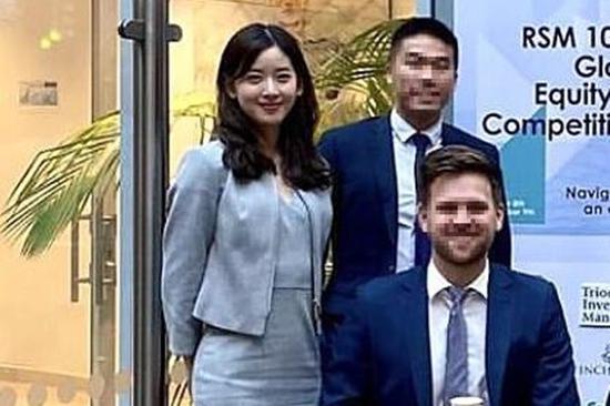 26岁章泽天留学近照曝光,与剑桥同学参加比赛,身穿职业装显成熟