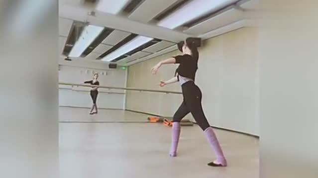 刘亦菲练舞大长腿吸睛身穿练功服身段苗条