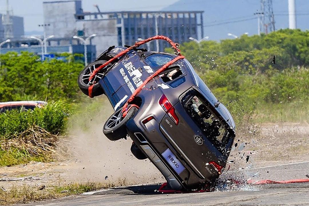空投SUV玩翻滚?虚点。真人真车高速翻滚鉴证安全更有说服力