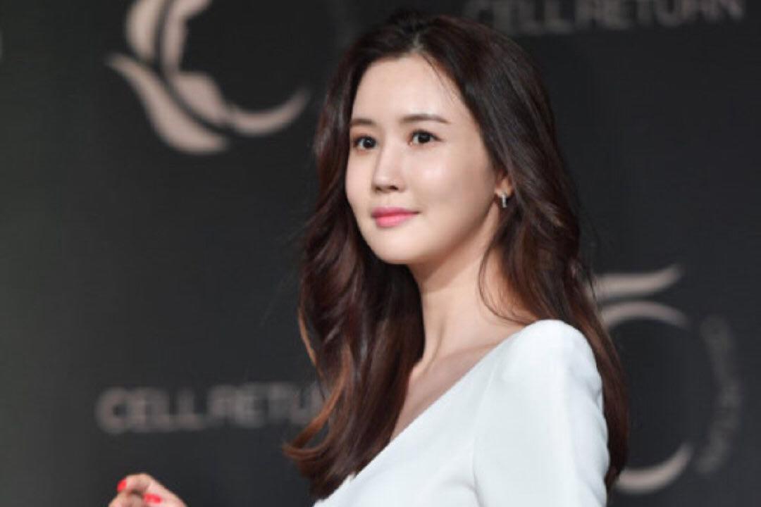 35岁李多海现身,穿简约小白裙搭微卷长发,气质优雅女神范!