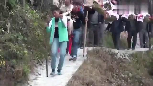 贵州凯里农村结婚,接亲队伍刚到,抬猪大哥辛苦了
