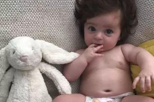 6个月小女孩打从娘胎内就长出一头秀发,爸爸笑称∶女儿遗传我