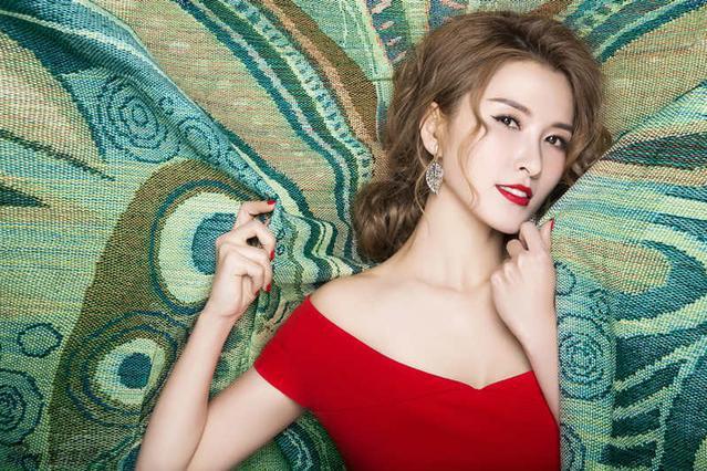 徐洁儿身穿露肩大红色短裙搭配,网友说:期待