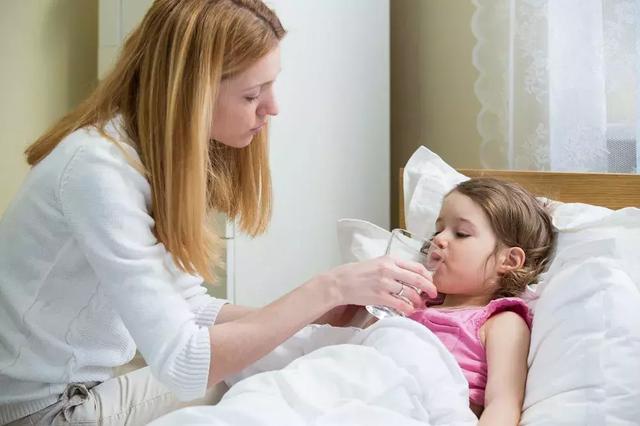 小宝宝一天拉七八次,腹泻脱水怎么办?家长别忽视一定先做这件事