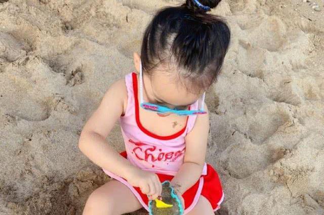 伊能静久违分享女儿近照,3岁米粒暴风长高,打扮时尚已现小长腿