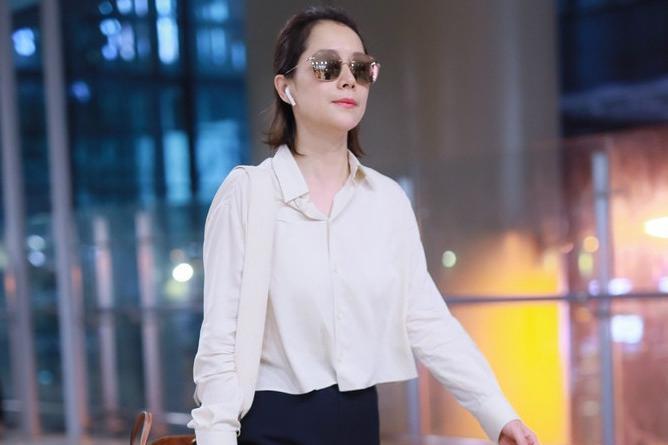 42岁海清梳背头清爽帅气,戴墨镜走路起范儿