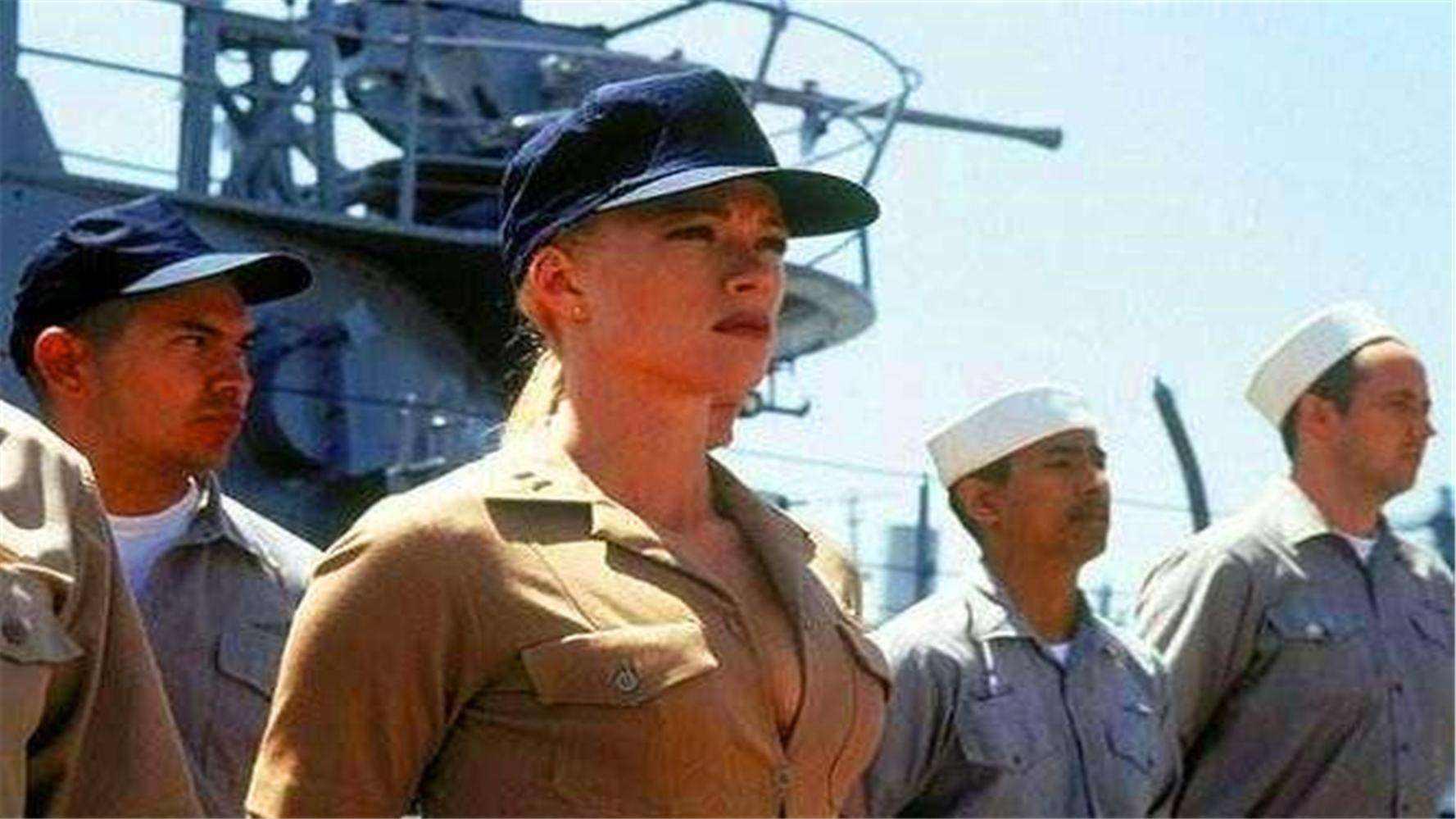 美国航母出航时,为何会携带数百名女兵?她们负责什么?