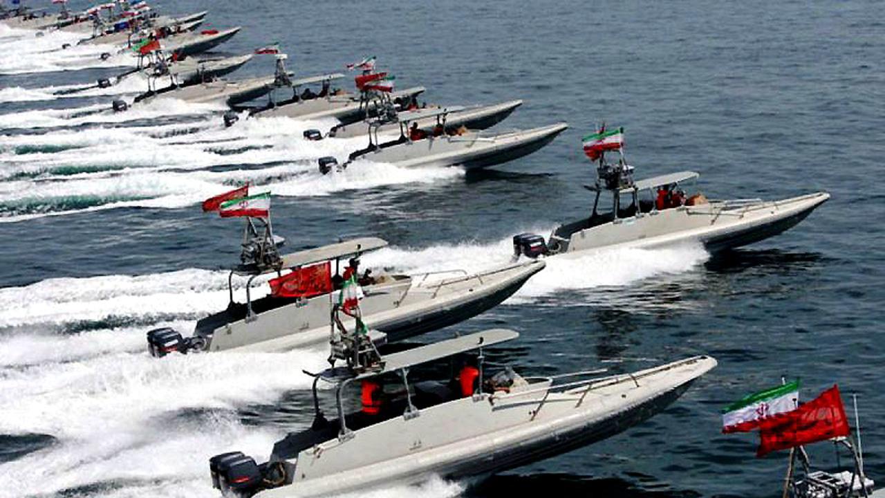 美航母过海峡遇不速之客,遭20艘舰艇持续追击,张召忠又说对了?