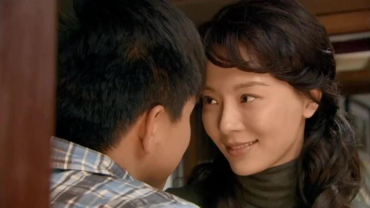 单身妈妈和小伙恋爱看到他帅气的脸庞情不自禁地吻下去