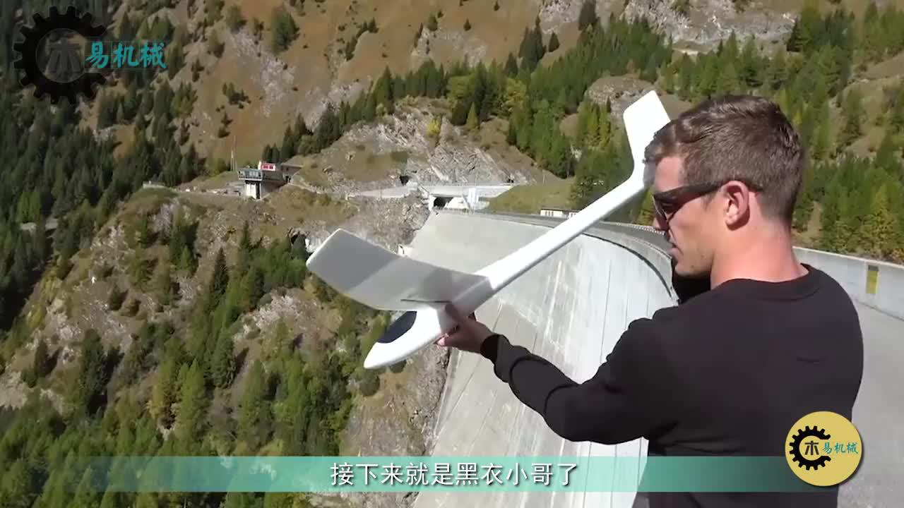 老外从165米高大坝上丢网红飞机啥情景网友还自动返航